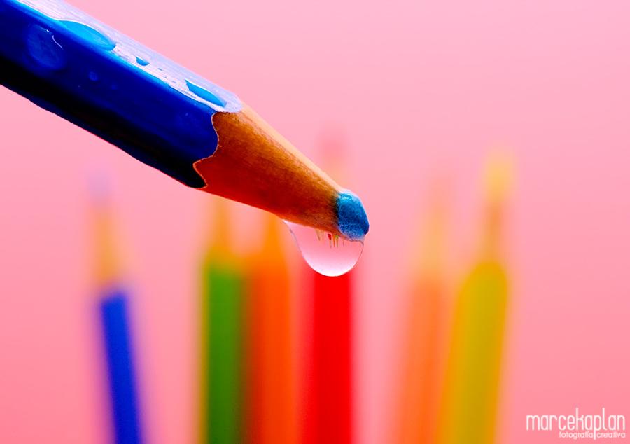 Lápices de colores reflejados en gota - Marce Kaplan | Fotografía Creativa